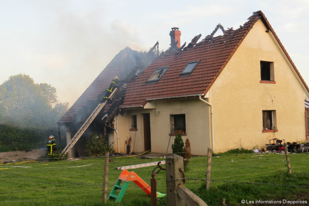 Bailly en rivi re un incendie d truit un pavillon du for Le pavillon de bailly